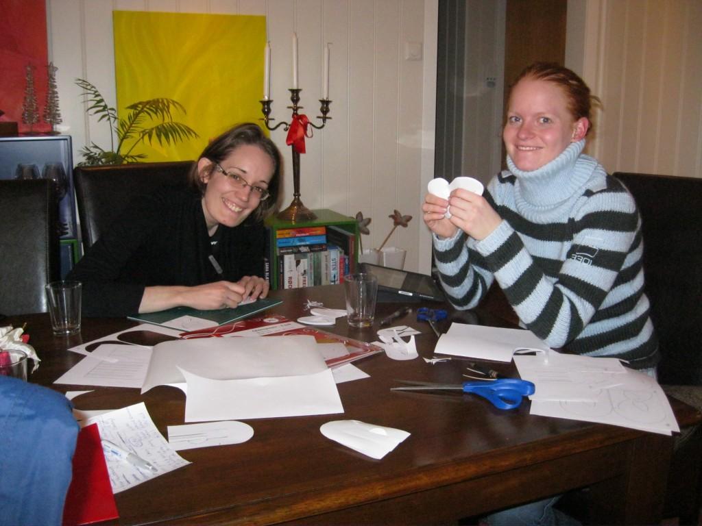 Lone og Malene klipper julehjerter.