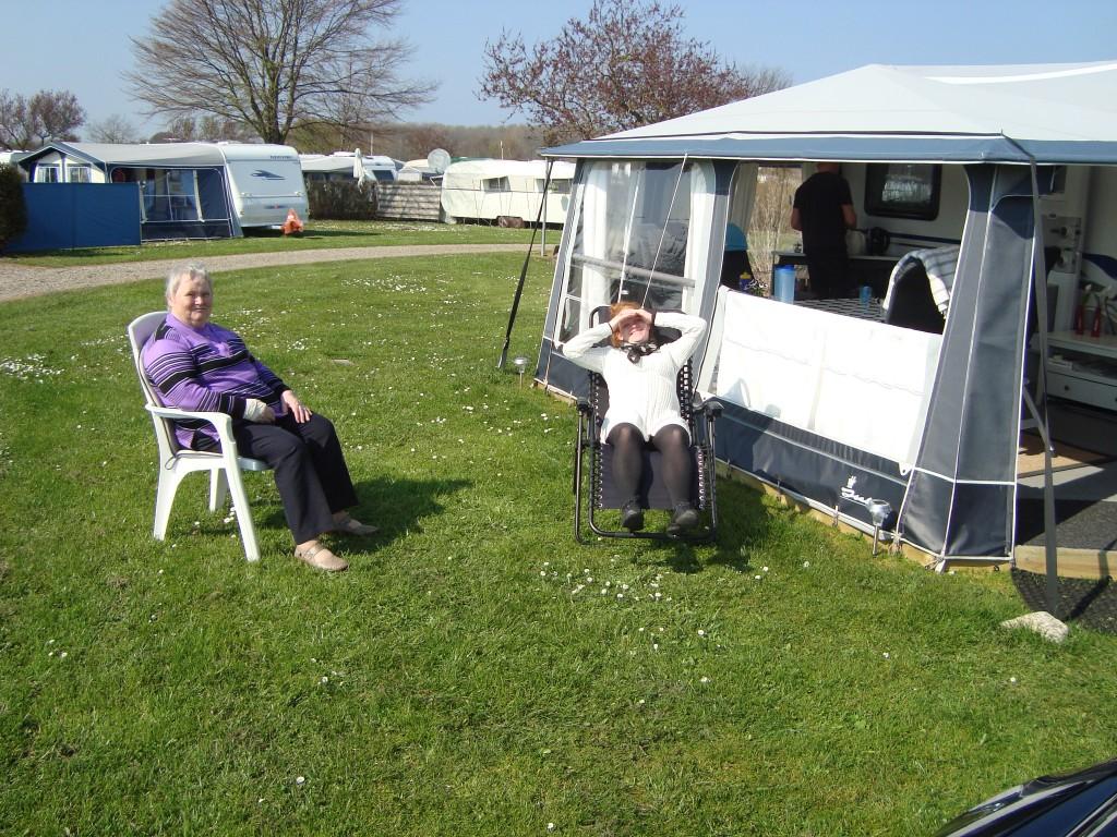 Hanne og Malene slapper af i solen