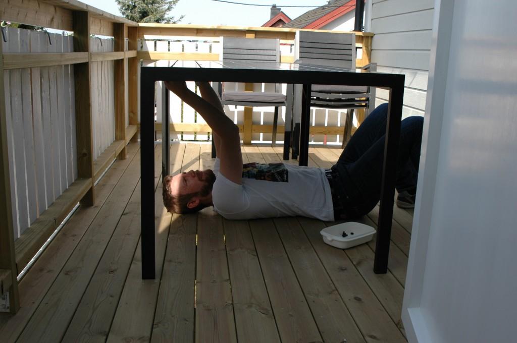 Brian samler havemøbler