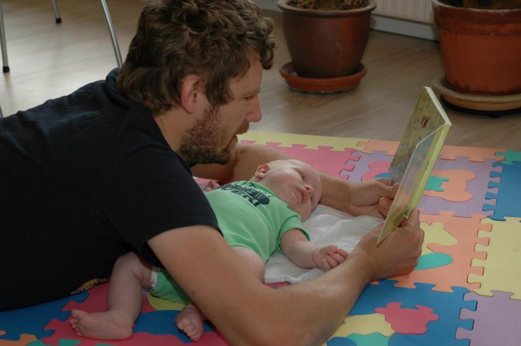 """Brian læser """"De 3 bukke bruse"""" for Erik"""