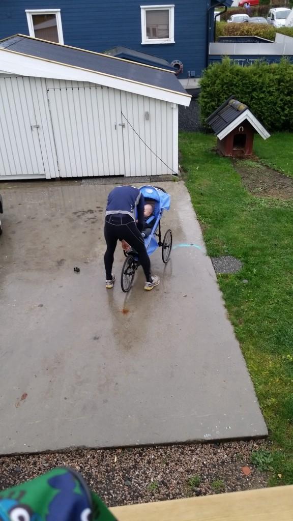 Erik gøres klar til sin første tur i løbevognen