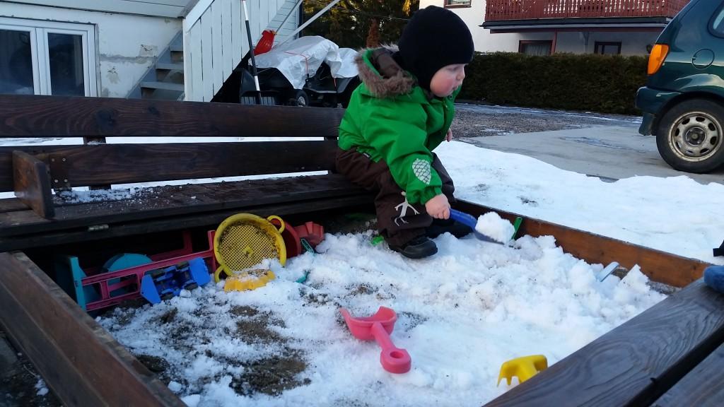 Erik må nøjes med sne i sandkassen, når sandet er frossen