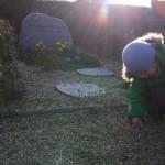 Erik ordner stenene hos farmor
