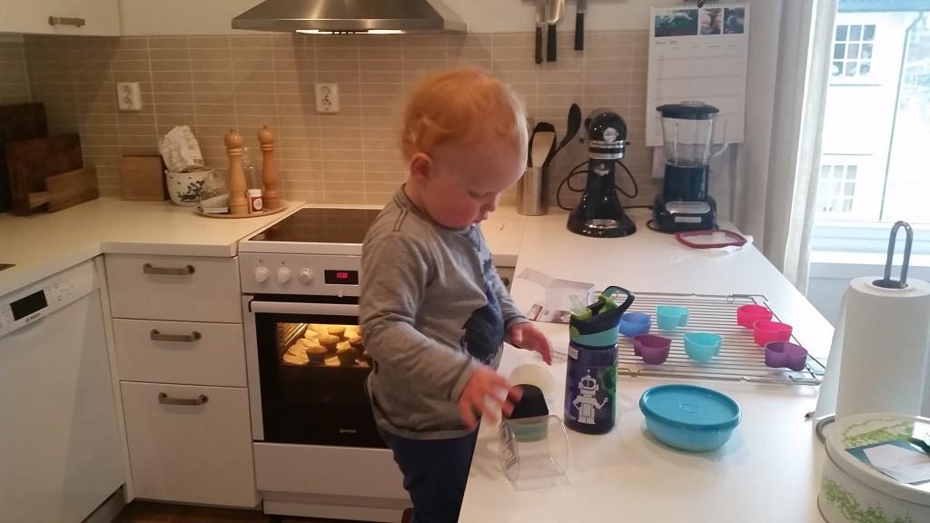 """Erik hjælper med at bage kager til """"kaffe og bygge-gynge-besøg"""" hos Aurora"""