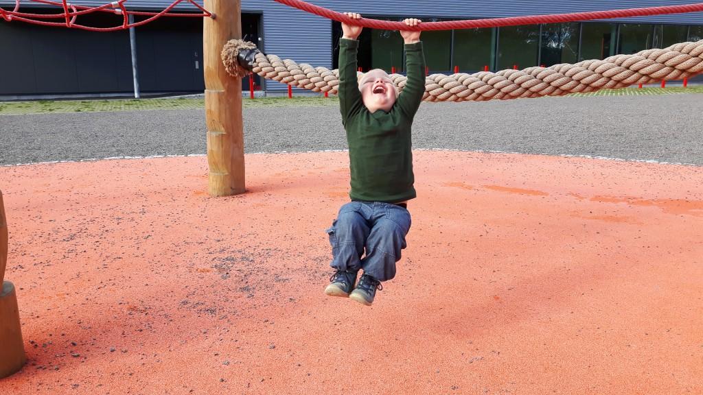 Sjov på legepladsen