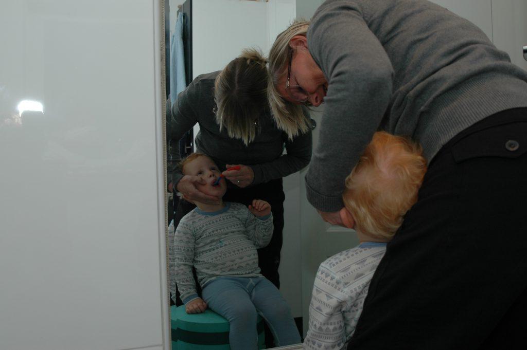 Mormor børster tænder