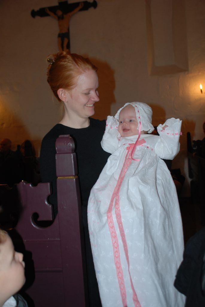 Ellen og Malene - med hatten omvendt på, var Ellen i strålende humør på vej til sin dåb