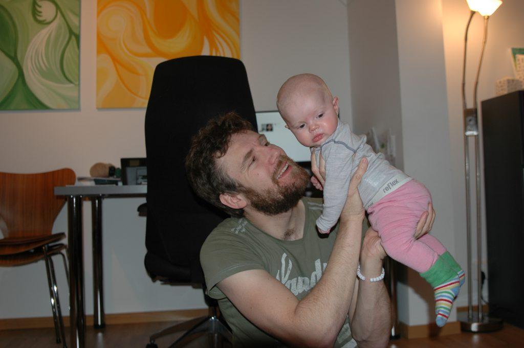 Erik har taget billede af Brian og Ellen der leger
