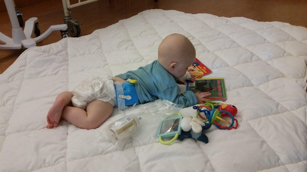 2 dage efter er hun frisk nok til at ligge og krybe rundt og lege igen - impornerende altså :D
